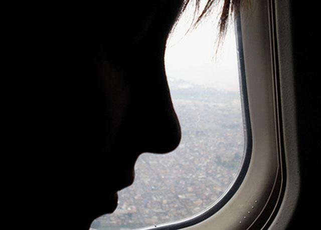 perfil-de-un-rostro-en-la-ventanilla-de-un-avion-sobre_bogota