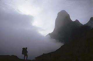 cuento_el_caminante_y_montaña_silueta